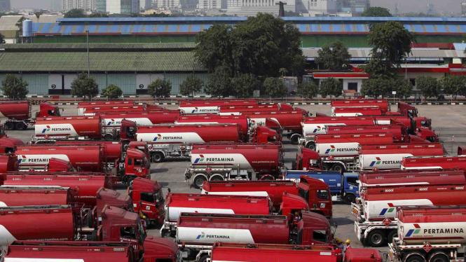Truk tangki bahan bakar menunggu untuk pengisian di depot bahan bakar Pertamina