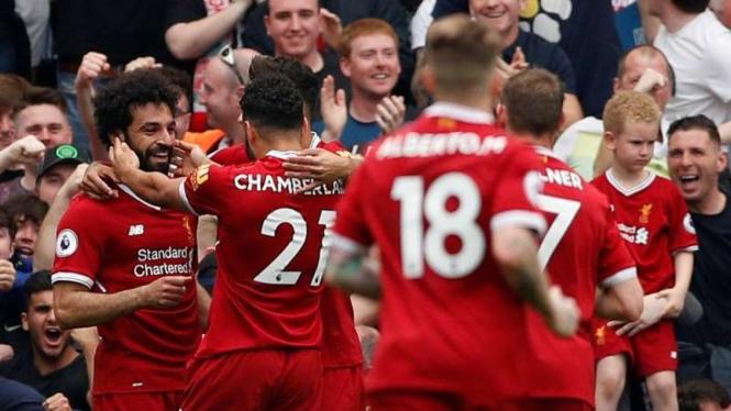 Para pemain Liverpool merayakan gol Mohamed Salah (kiri)