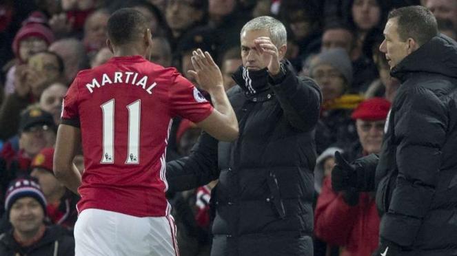 Penyerang Manchester United, Anthony Martial (kiri) dan Jose Mourinho (kanan)