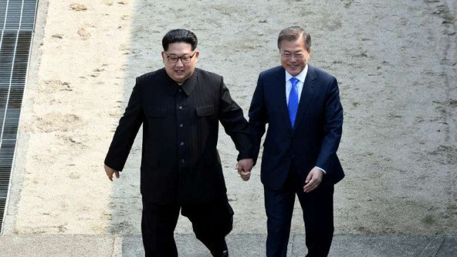Pemimpin Korea Utara Kim Jong Un dan Presiden Korea selatan Moon Jae-in.