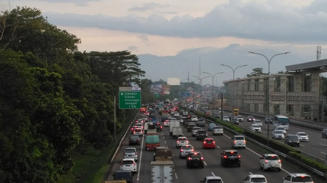 Kondisi lalu lintas jalan di tol Jagorawi.