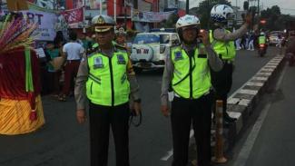 Polisi mengatur lalu lintas di Jalan Margonda, Kota Depok.