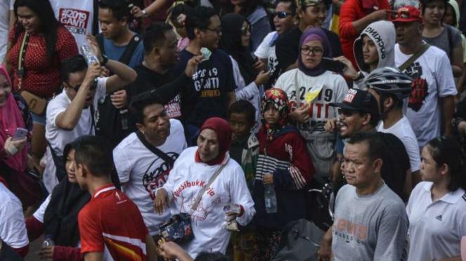 Massa #DiaSibukKerja bertemu dengan massa dengan kaus #2019GantiPresiden