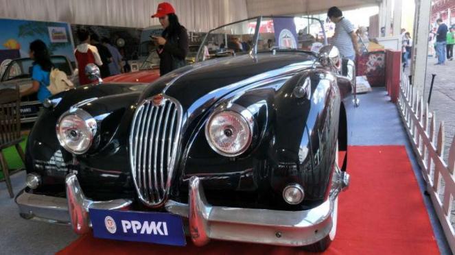 Mobil klasik Jaguar XK140 buatan 1952