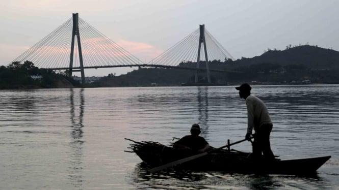 Nelayan tradisional melintasi kawasan Jembatan Barelang di kelurahan Tembesi, Kota Batam