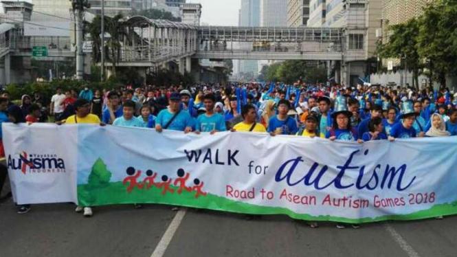 Peringatan Hari Peduli Autis Sedunia di CFD Jakarta.