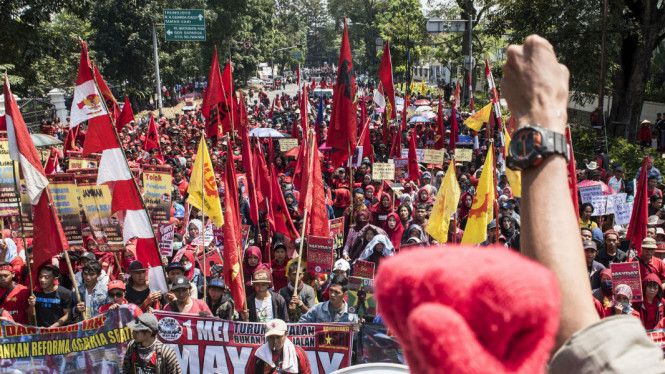 Ratusan buruh melakukan aksi Hari Buruh Internasional di depan Gedung Sate, Bandung, Jawa Barat, Selasa (1/5/2018).
