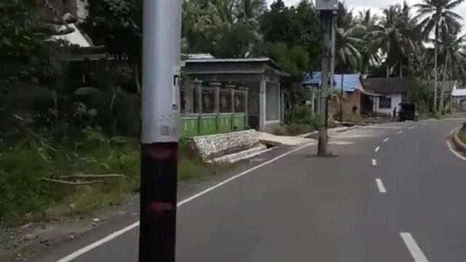 Tiang listrik di jalan