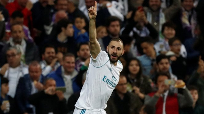 Striker Real Madrid, Karim Benzema mencetak gol ke gawang Bayern Munich