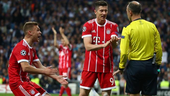Pemain Bayern Munich memprotes wasit di laga melawan Real Madrid