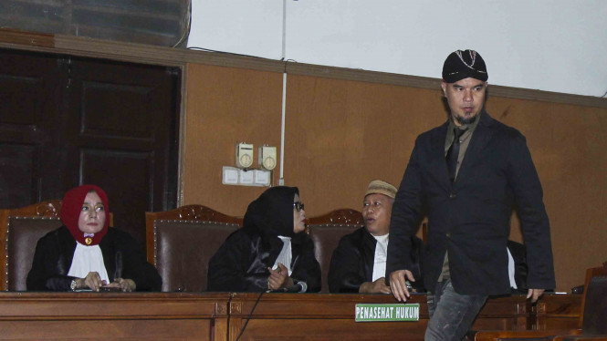 Musisi Ahmad Dhani (kanan) menjalani sidang lanjutan kasus ujaran kebencian