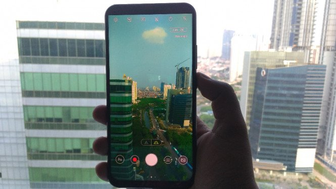 Asus Zenfone 5 dengan bentang layar 6,2 inchi.