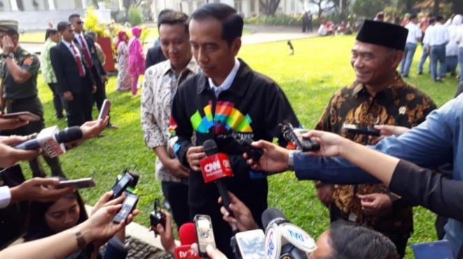 Presiden Jokowi mengenakan jaket Asian Games 2018.