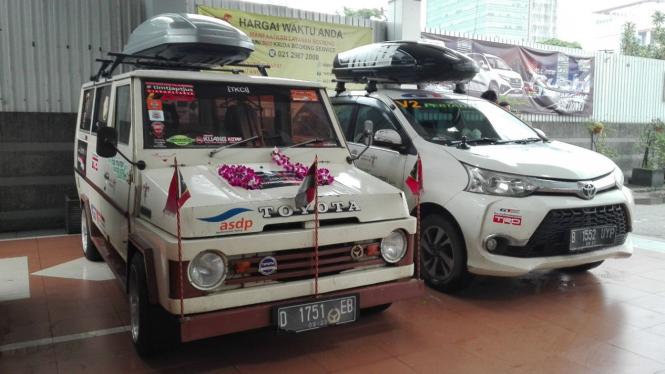 Dua mobil Toyota yang baru saja pulang dari Timor Leste.