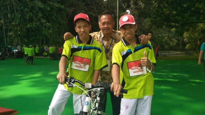 Sendi dan Sandi dapat hadiah sepeda dari Iriana Jokowi