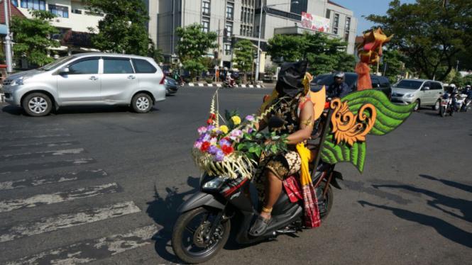 Atraksi Gatotkaca mengendarai sepeda motor dengan mata tertutup di Kota Semarang