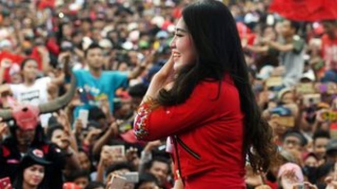 Via Vallen bernyanyi di kampanye PDIP di Jawa Timur. - ANTARA/ZABUR KARURU