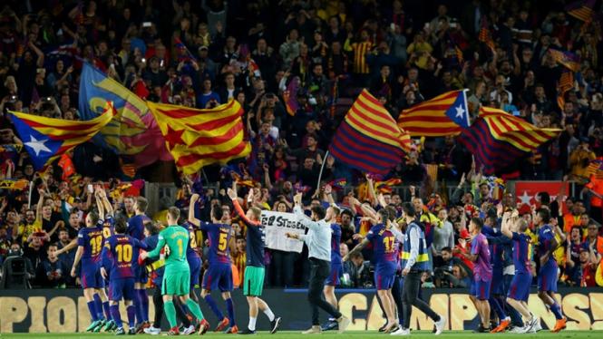 Pemain Barcelona merayakan gelar juara LaLiga di Estadio Camp Nou