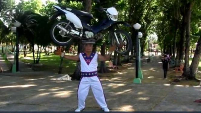 Angkat motor dengan kepala.