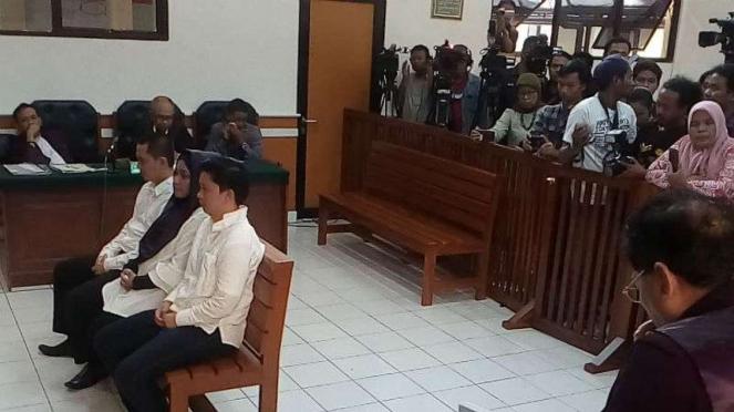 Tiga terdakwa penipuan umrah First Travel mendengarkan tuntutan jaksa