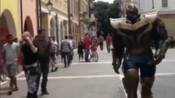 Thanos jalan di tengah kota.