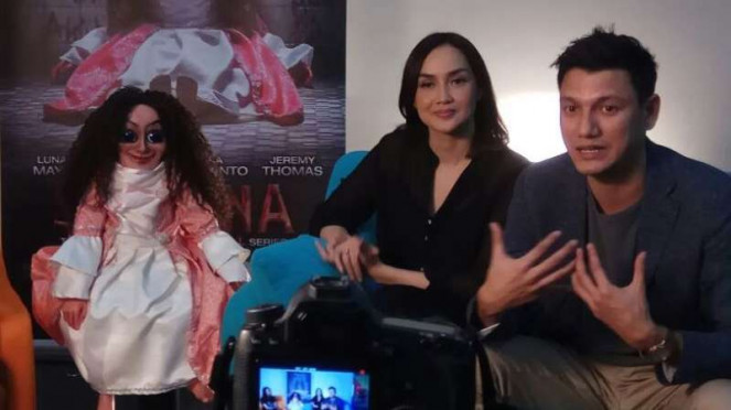 Sara Wijayanto dan Christian Sugiono bersama boneka Sabrina