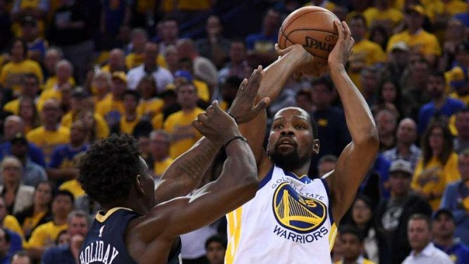 Bintang Golden State Warriors, Kevin Durant (kanan)
