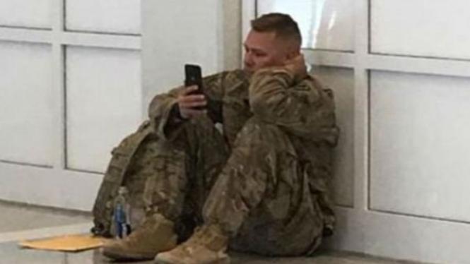 Tentara yang hanya bisa menangis melihat istrinya melahirkan.