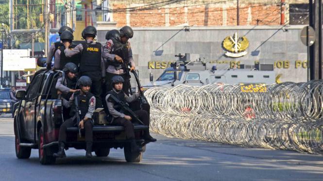 Petugas Brimob melintas di depan Mako Brimob Kelapa Dua, Depok, Jawa Barat