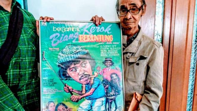 Syamsul Fuad membawa poster film Benyamin Biang Kerok