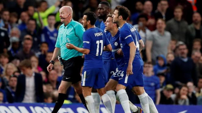 Pemain Chelsea protes wasit saat melawan Huddersfield