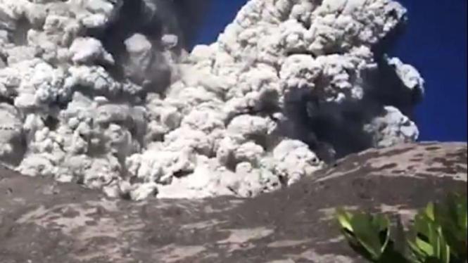 Pendaki merekam letusan Gunung Merapi