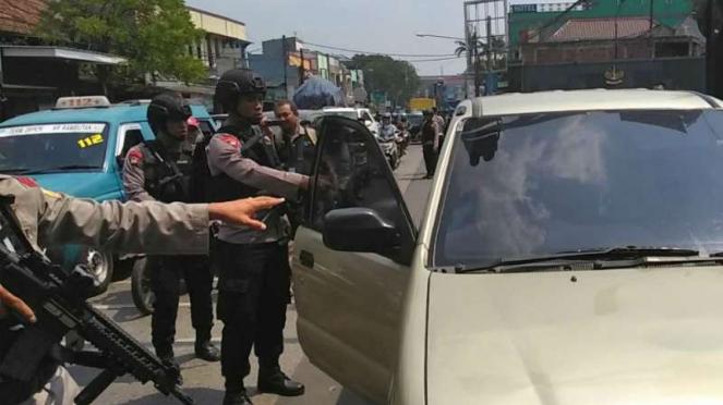 Petugas melakukan razia di depan Mako Brimob, Kelapa Dua, Depok.