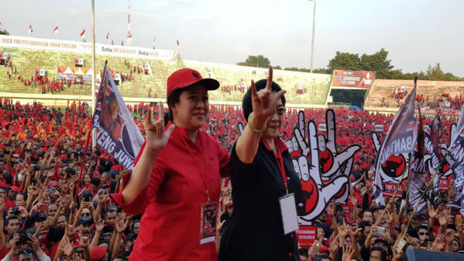 Puan Maharani bersama ibunya, Megawati Soekarnoputri yang merupakan Ketua Umum PDIP saat apel kader partai tersebut.