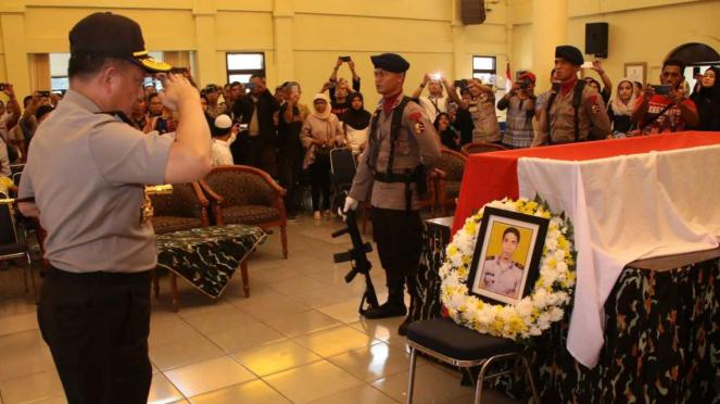 Kapolri saat melakukan penghormatan terakhir pada Bripka Frenje.