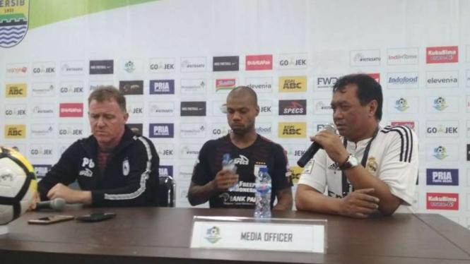 Pelatih Persipura, Peter Butler (kiri)