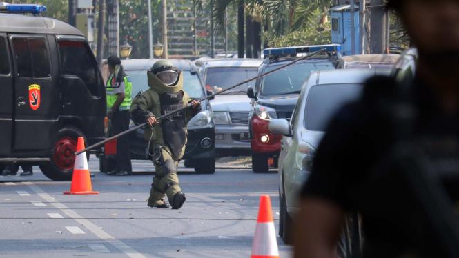 Petugas Penjinak Bom (Jibom) melakukan identifikasi ledakan di Gereja Katolik Santa Maria di Surabaya