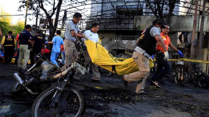 Evakuasi korban ledakan bom.
