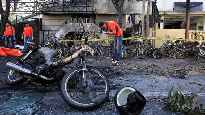 Olah TKP di lokasi ledakan bom bunuh diri di tiga gereja Surabaya.