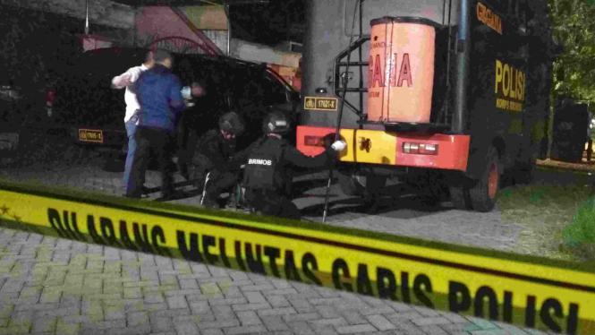 Densus gerebek rumah terduga pelaku bom Surabaya