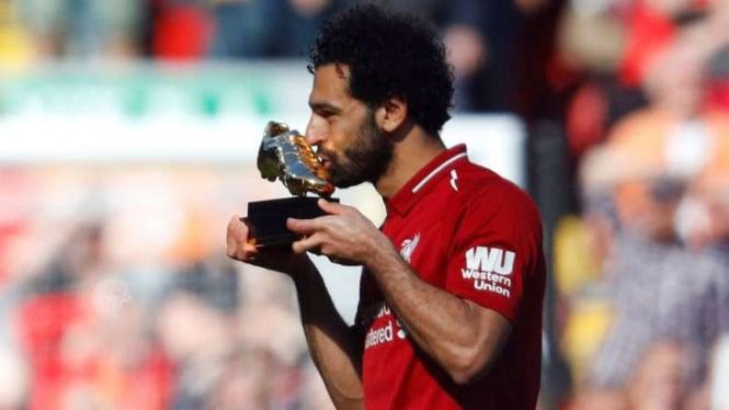Winger Liverpool, Mohamed Salah, dengan Sepatu Emas Premier League.