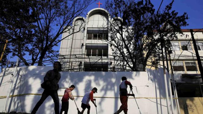 Warga Bersihkan Gereja Surabaya Pasca Bom.