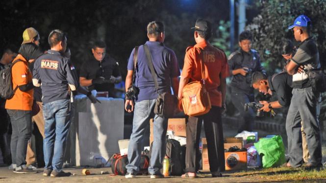 Sejumlah anggota Polisi melakukan identifikasi terhadap rumah terduga teroris pengeboman gereja di kawasan Wonorejo Asri, Rungkut, Surabaya, Jawa Timur, Minggu (13/5). - ANTARA/M RISYAL HIDAYAT