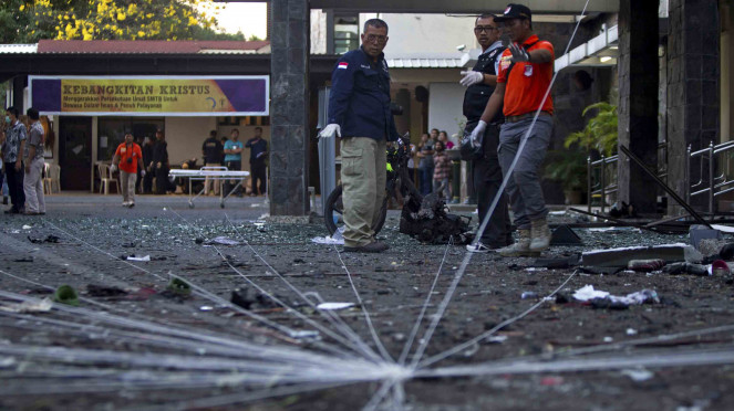 Olah TKP ledakan bom bunuh diri di tiga gereja di Surabaya, Jawa Timur