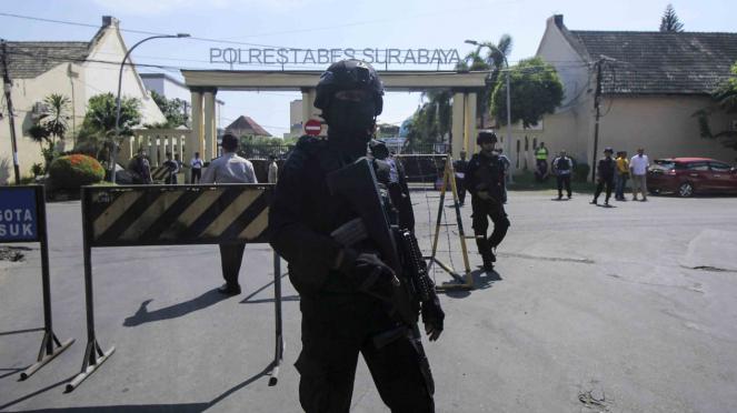Sat Brimob Polda Jatim melakukan penjagaan di sekitar Polrestabes Surabaya