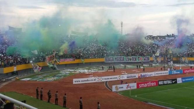 Nyala flare di tribun utara Stadion Gelora Sriwijaya, Palembang.