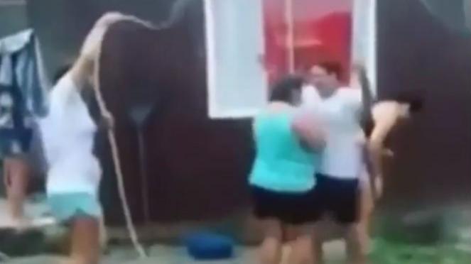 Wanita bermain air.