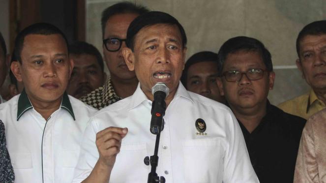 Menteri Koordinator Bidang Politik, Hukum, dan Keamanan, Wiranto (tengah)