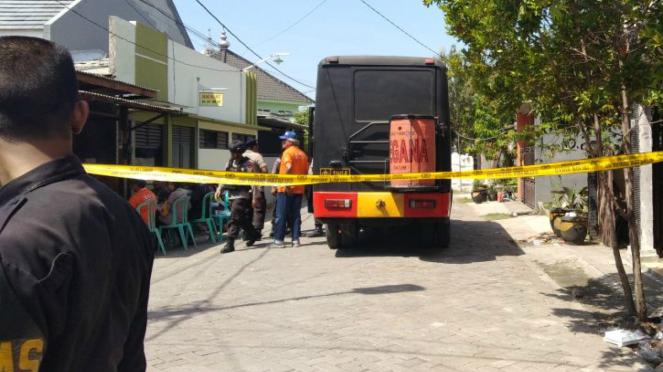 Densus geledah rumah terduga teroris pembom markas Polrestabes Surabaya