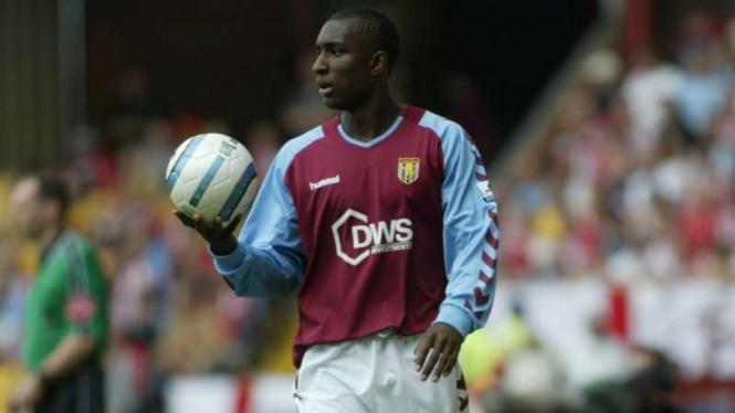 Jlloyd Samuel saat masih memperkuat Aston Villa